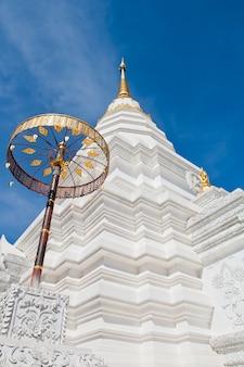 Silver sanctuary, apice del timpano nel tetto del tempio, provincia di chiangmai, thailandia