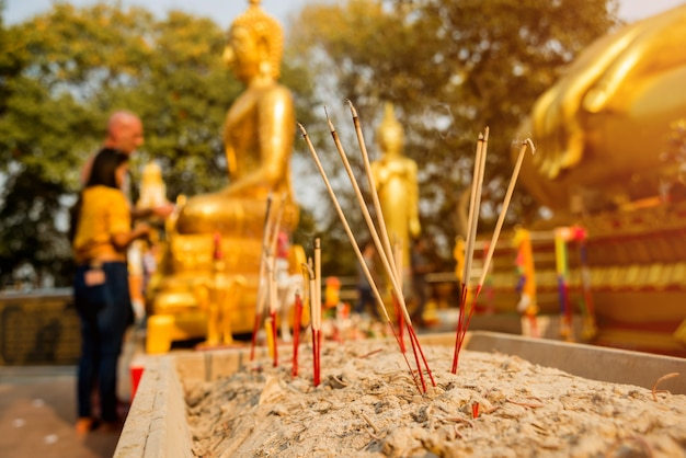 Simboli del buddismo. bastoncini di incenso in fiamme. asia sud-orientale. dettagli del tempio buddista in tailandia.