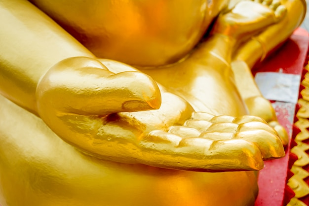 Simboli del buddismo. mani di statue buddiste. asia sud-orientale.