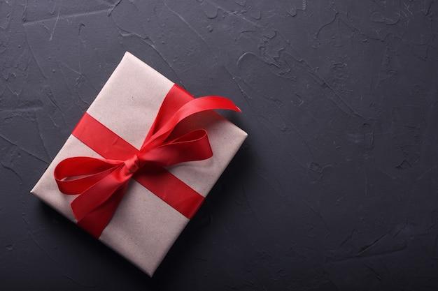 Simboli di amore della cartolina d'auguri del fondo di san valentino, decorazione rossa con i contenitori di regali su fondo di pietra. vista dall'alto con spazio di copia e testo. superficie piana