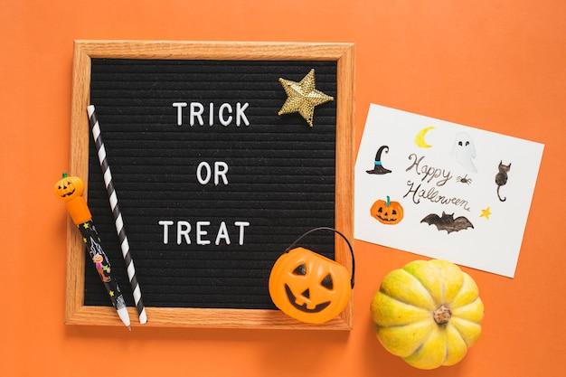 Simboli di halloween e disegno vicino alla cornice con la scrittura
