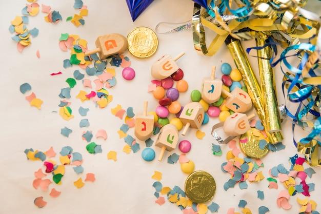 Simboli di hanukkah vicino a decorazioni per feste