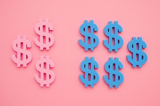 Simbolo americano del dollaro sul flatlay minimo dei soldi blu e rosa del fondo rosa ,.