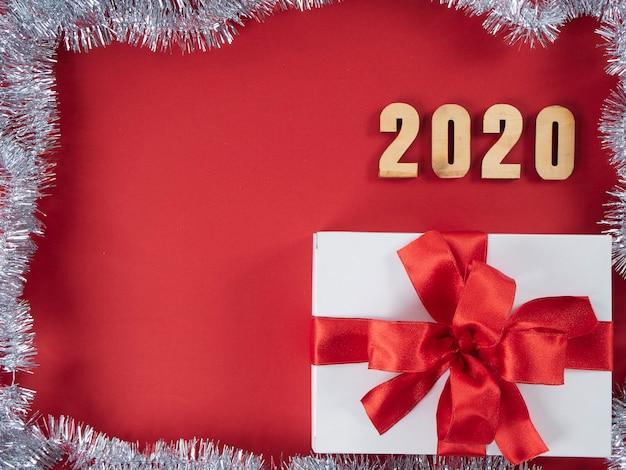 Simbolo dal numero 2020 su sfondo rosso