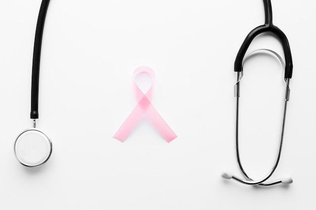 Simbolo del cancro al seno vicino stetoscopio