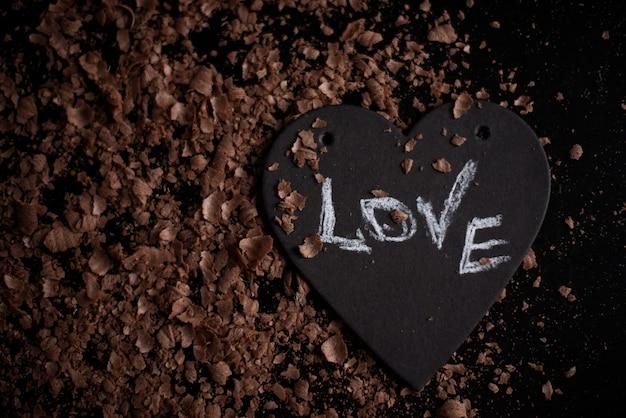 Simbolo del cuore con l'amore dell'iscrizione, il concetto di un cuore spezzato, rottura, divorzio