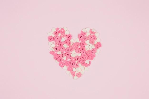 Simbolo del cuore di coriandoli di carta