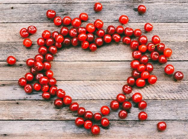 Simbolo del cuore fatto di bacche di ciliegie, vista dall'alto con spazio per il testo