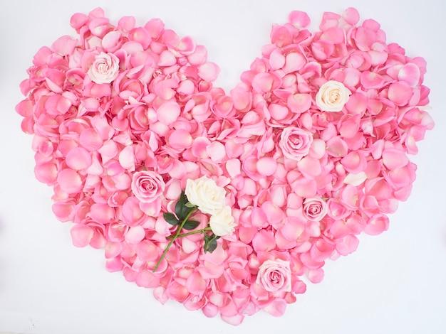 Simbolo del cuore fatto di petali di rose rosa