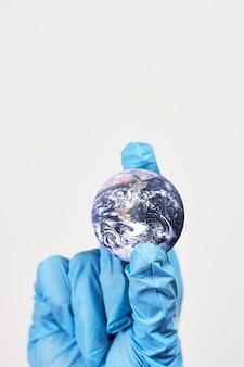 Simbolo del nuovo coronavirus diffuso in tutto il mondo. elementi di questa immagine forniti dalla nasa
