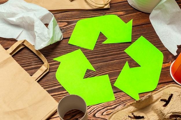 Simbolo del riciclaggio sul fondo della tavola