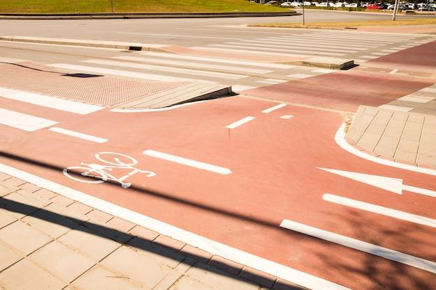 Simbolo della bici bianca della strada della bicicletta in un'area urbana