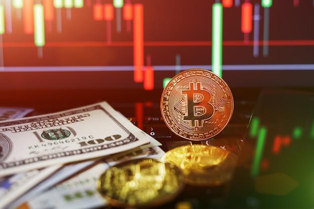 Simbolo di bitcoin e moneta d'oro vicino alle banconote da un dollaro