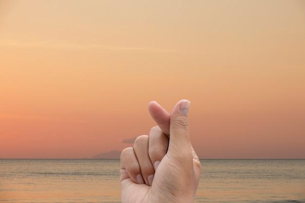 Simbolo di mini cuore con mare in orario serale.