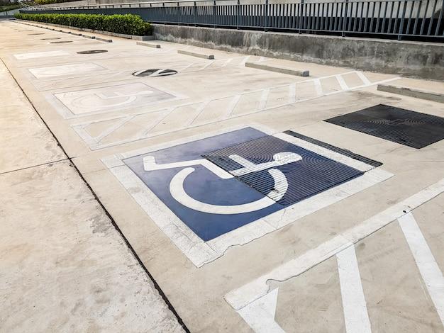 Simbolo di parcheggio per disabili (sedia a rotelle) o disabili internazionale