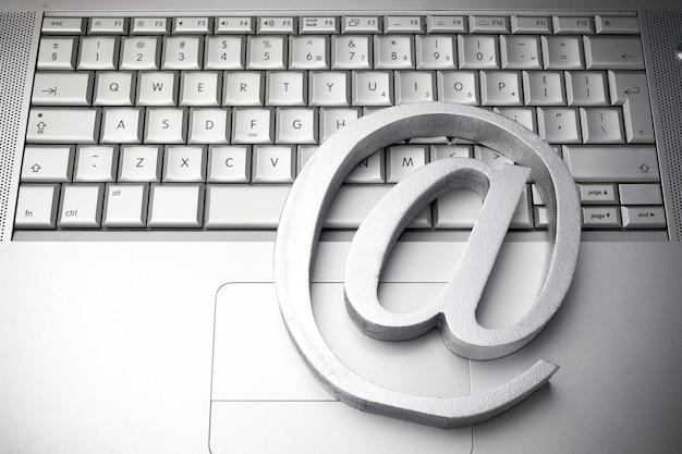 Simbolo di posta elettronica sulla tastiera vista dall'alto