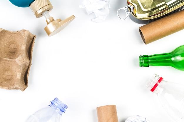 Simbolo di riciclaggio di eco residuo con lo smaltimento dell'immondizia sulla vista superiore del fondo di legno della tavola