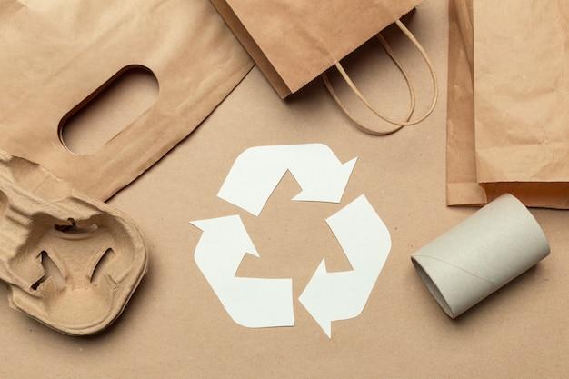 Simbolo di riciclaggio sulla vista superiore del fondo della tavola