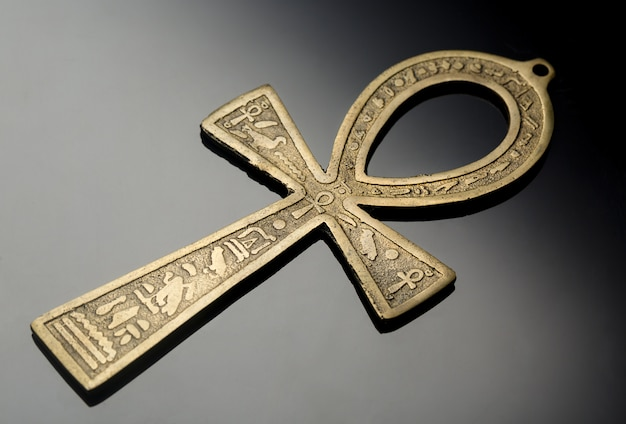 Simbolo egizio della vita ankh sul bel nero argento