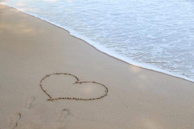 Simbolo sulla bellissima spiaggia, spiaggia di sabbia del mare