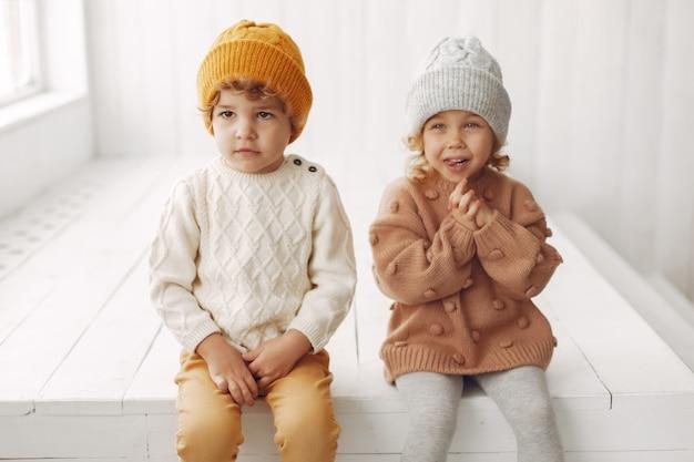 Simpatici bambini che si divertono