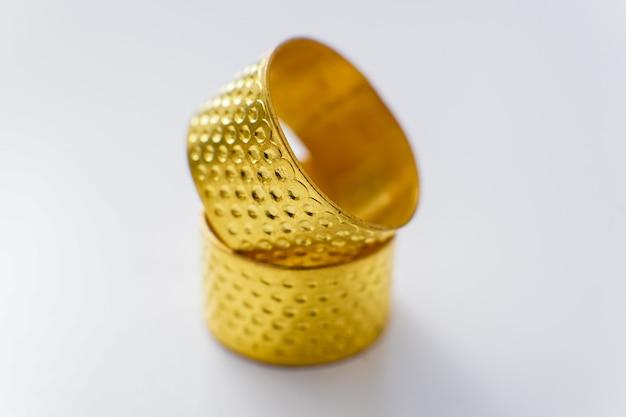 Simpatici bracciali d'oro su un tavolo bianco