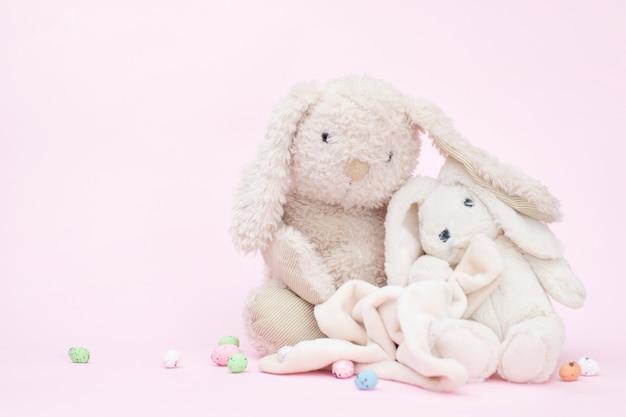 Simpatici conigli su rosa, copia spazio