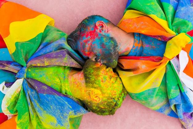 Simpatici innamorati omosessuali che si baciano sporchi di vernice