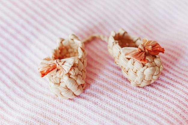 Simpatici sandali piccoli fatti di paglia, antico tipo di calzature tradizionali russe. stivaletti naturali per bambina