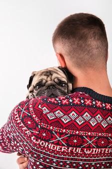 Simpatico cane tenuto dal proprietario