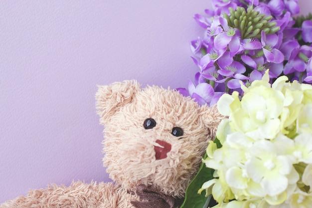 Simpatico orsacchiotto con fiore pastello, san valentino è il tuo amore.