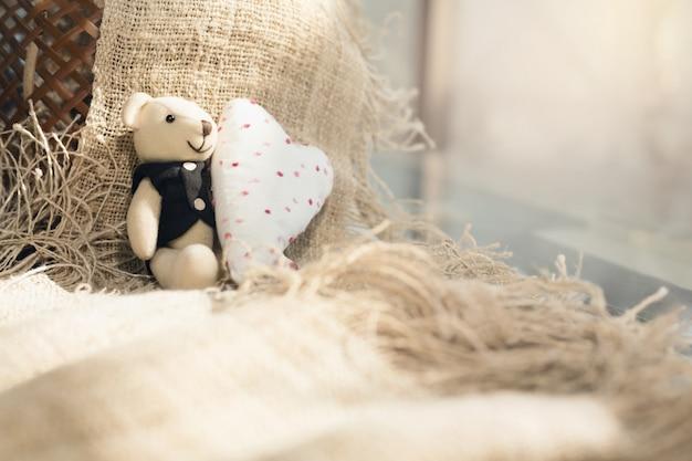Simpatico orso di san valentino con cuore bianco. concetto di san valentino