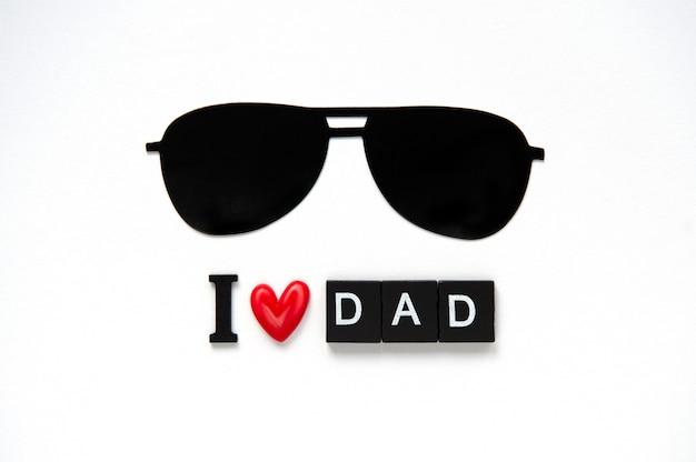 Simpatico poster con lettere in legno per il miglior papà su sfondo bianco