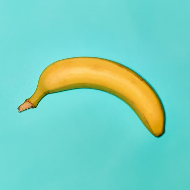 Singola banana su sfondo blu