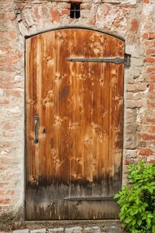 Singola vecchia porta, ingresso