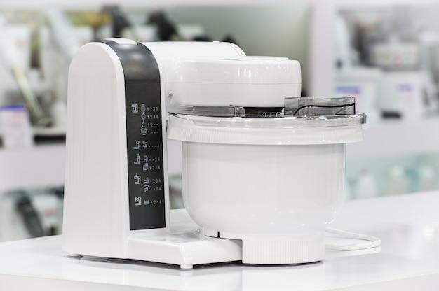 Singolo robot da cucina elettrico nel negozio al dettaglio