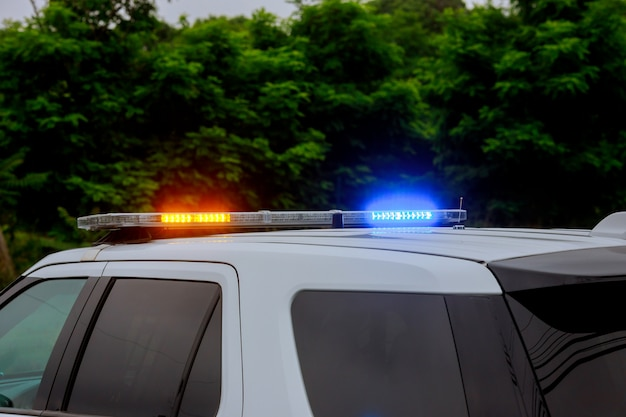 Sirene lampeggianti blu e rosse della macchina della polizia durante il posto di blocco