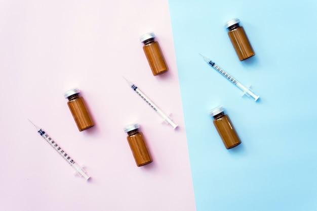 Siringhe e flaconi di cosmetici