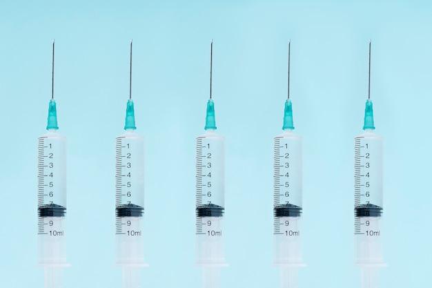 Siringhe mediche per l'introduzione di medicinali. dispositivo per la vaccinazione dei pazienti. cinque siringhe si chiudono