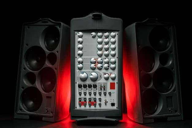 Sistema audio stereo con altoparlanti e amplificatore di grandi dimensioni