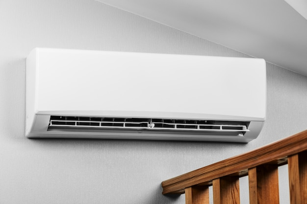 Sistema del condizionatore d'aria freddo sulla stanza bianca della parete