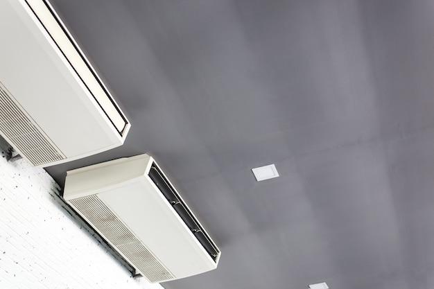 Sistema di condizionatori d'aria fresca sulla parete bianca