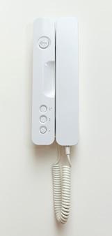Sistema di osservazione del telefono sul muro bianco