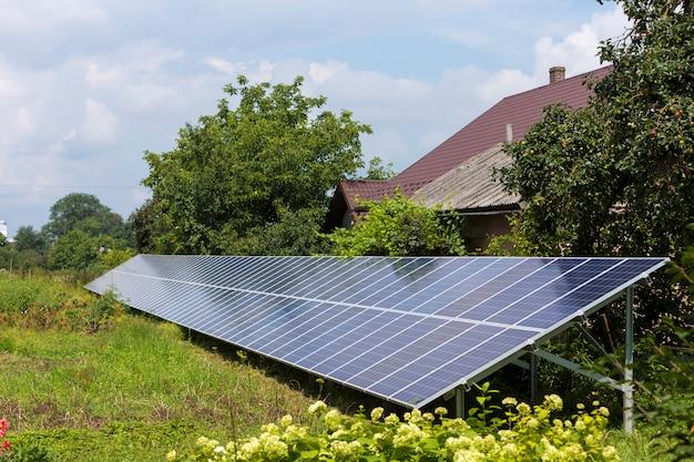 Sistema fotovoltaico solare lucido blu standalone moderno ed efficiente