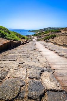 Sito archeologico di tharros e vista sul mare, sardegna