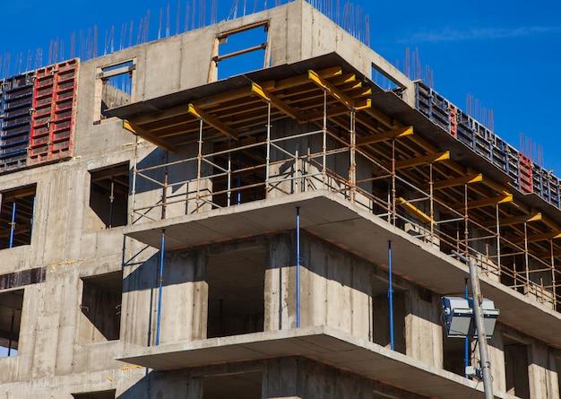 Sito della costruzione di edifici contro cielo blu, primo piano