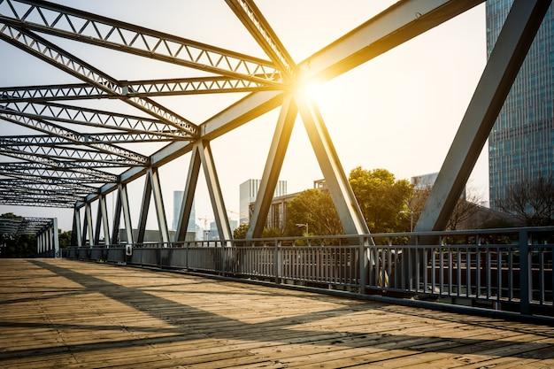 Situato a shanghai, cento anni fa, il ponte d'acciaio.