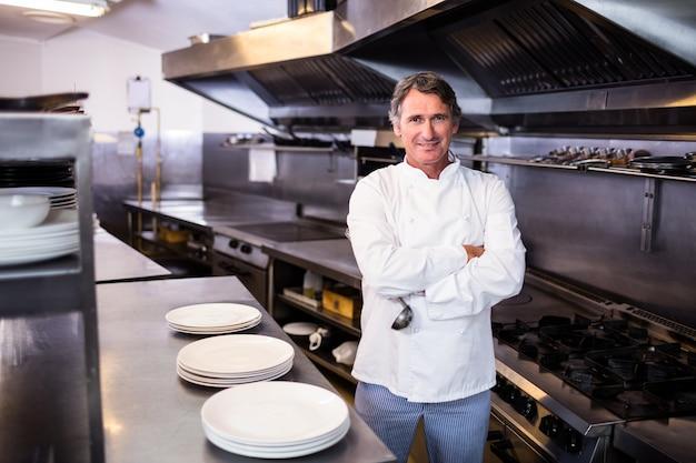 Siviera sorridente della tenuta del cuoco unico nella cucina