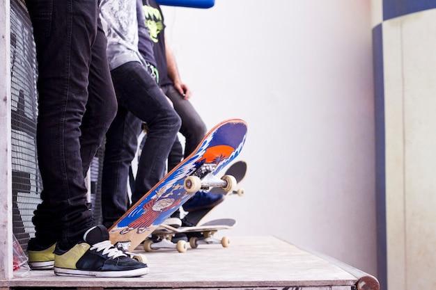 Skate boarders su un tubo