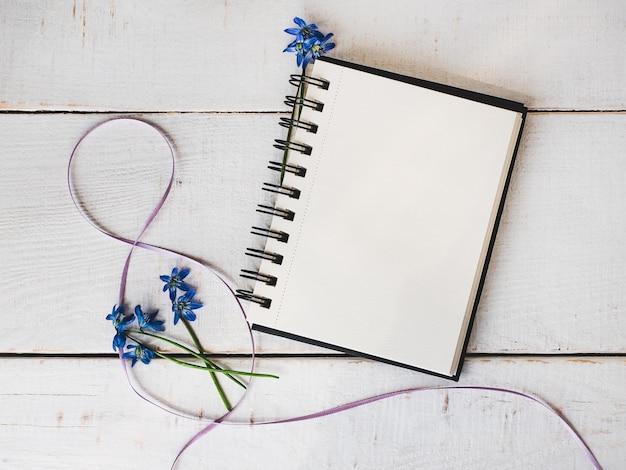 Sketchbook, pagina vuota, fiore luminoso e nastro rosa
